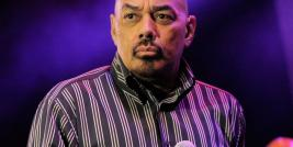 "James Ingram interpretando a canção de George Benson intitulada ""One More Time""."